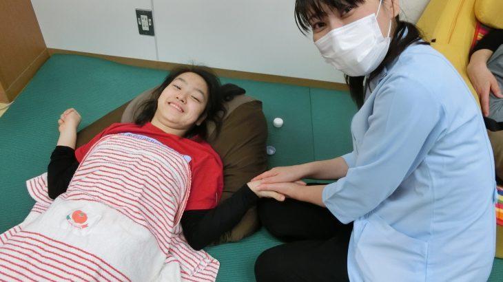 ハンドリフレで子どもたちに笑顔を(重症心身障害児施設)